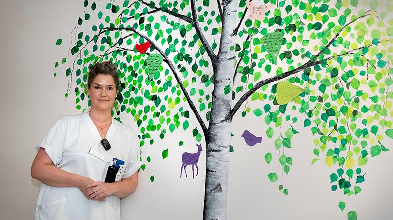 Målat träd med meddelanden till nya patienter.