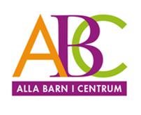 Orange A, lila B och grönt C står tätt intill varandra på en vit bakgrund. Under ABC står texten Alla barn i centrum inuti en lila box.