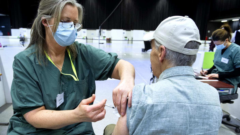 Personal vaccinerar invånare