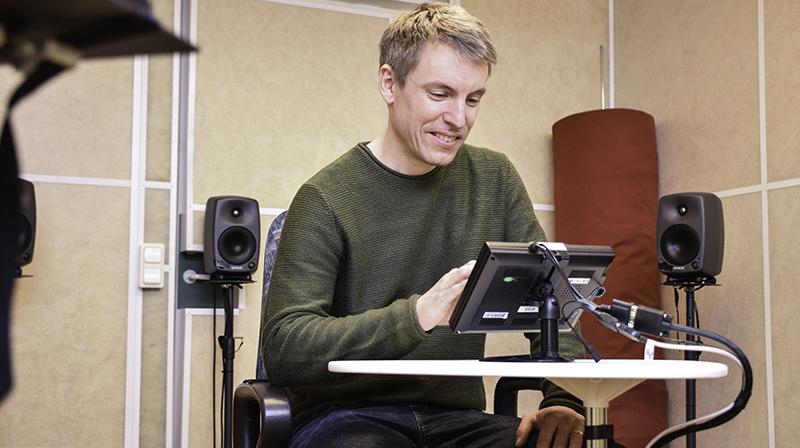 Forskaren Erik Witte genomför det nya Situated Phoneme testet.
