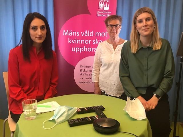 Tre kvinnor i en studio